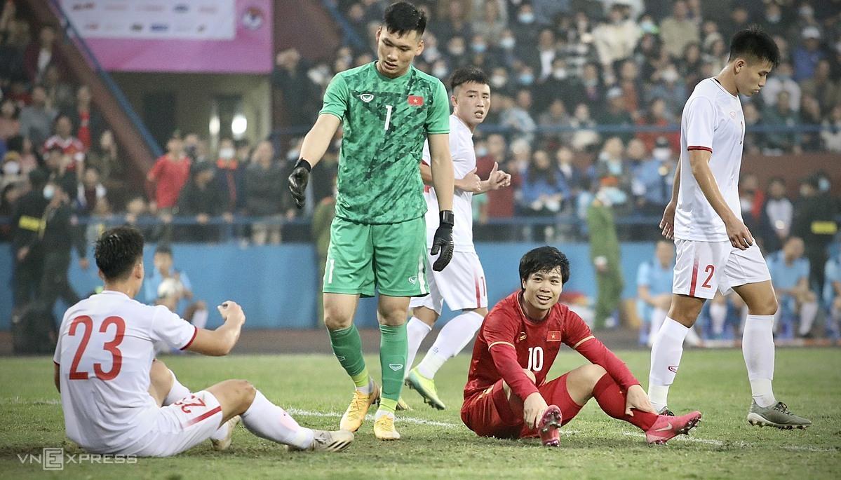 Công Phượng cười trừ sau khi lỡ cơ hội hiếm hoi ghi bàn cho đội tuyển việt Nam tối 27/12. Ảnh: Kim Hòa.