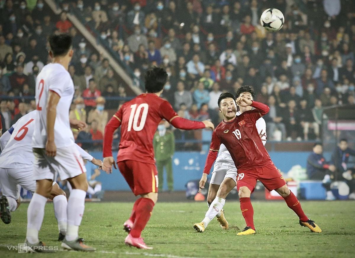 Quang Hải chuẩn bị tung chân bắt vô-lê ghi bàn nâng tỷ số lên 2-1 cho đội tuyển Việt Nam. Ảnh: Kim Hòa.