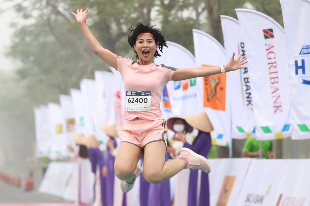 Ms. Mai Lien jumped high to celebrate when she conquered the 10 km runway.