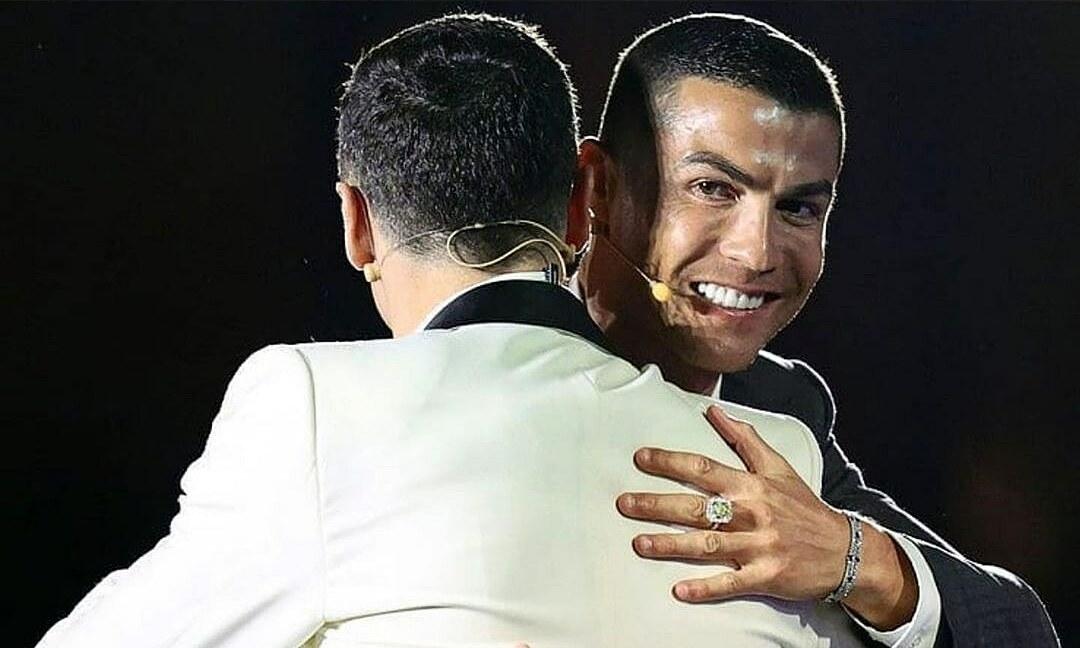 โรนัลโด้ (ขวา) กอดเลวานดอฟสกี้ในงาน Globe Soccer Awards เมื่อวันที่ 27 ธันวาคม  ภาพ: Globe Soccer