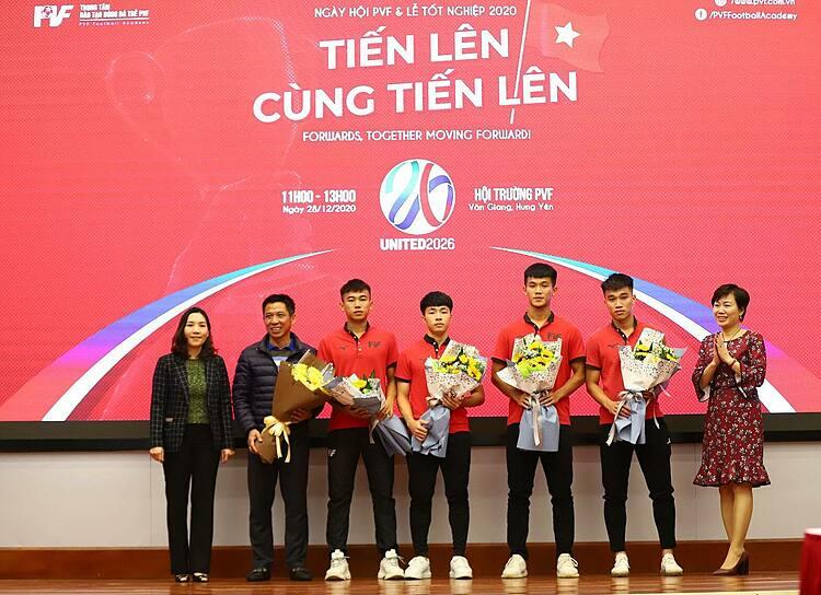 Ms. Phan Thu Huong ผู้อำนวยการทั่วไปของ PVF (ขวาสุด) และ Ms. Nguyen Thi My Dung รองผู้อำนวยการทั่วไปของ PVF (ซ้ายสุด) ส่งมอบผู้เล่นให้กับ Danang Football Club
