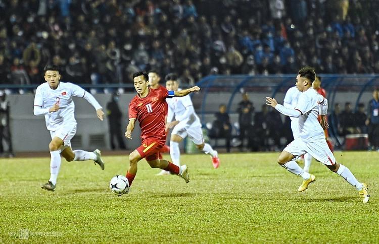 Van Quyet (แดง) ส่งบอลไล่ตามหาผู้เล่น U22 ในเกมกระชับมิตรที่สนาม Cam Pha (Quang Ninh) เมื่อวันที่ 23 ธันวาคม  ภาพ: Giang Huy