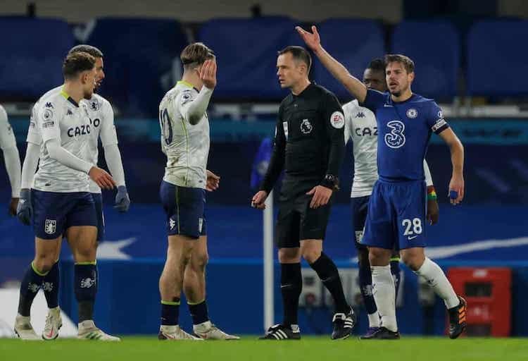 Azpilicueta phàn nàn với trọng tài sau khi Chelsea nhận bàn thua. Ảnh: Guardian.