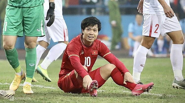 Cong Phuong หัวเราะยกเว้นหลังจากพลาดโอกาสในการแข่งขันระหว่างทีมชาติกับ U22 ที่ Viet Tri Stadium (Phu Tho) วันที่ 27 ธันวาคม  ภาพ: Kim Hoa