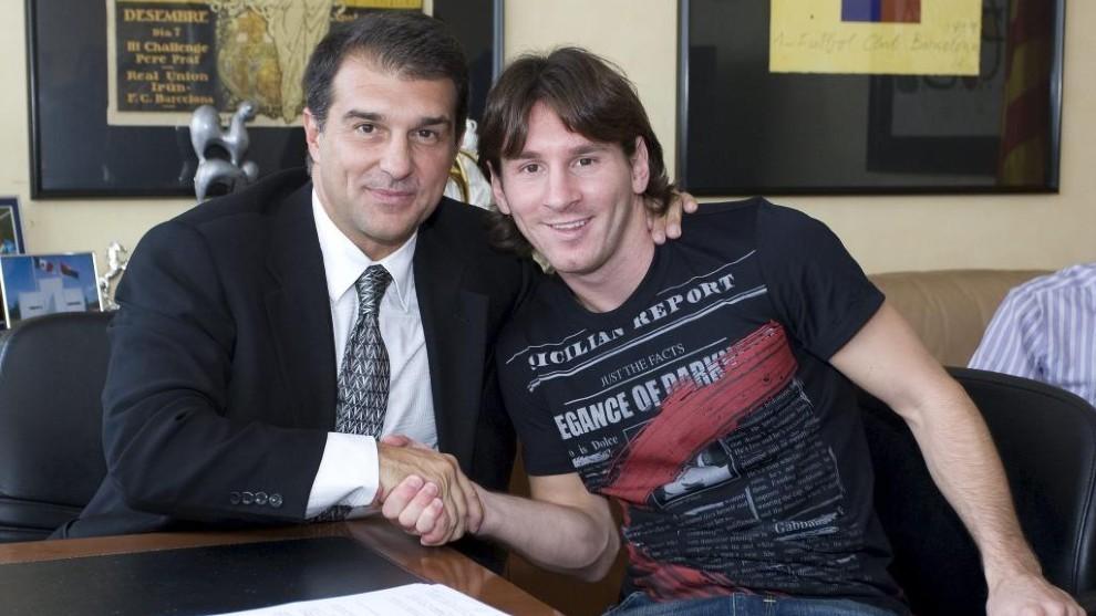 Laporta xem việc giữ chân Messi là chìa khoá cho mọi kế hoạch hành động. Ảnh: Marca