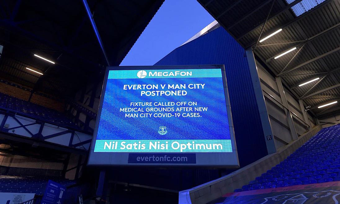 Thông báo hoãn trận Everton - Man City được hiển thị trên bảng điện tử sân Goodison Park hôm 28/12. Ảnh: Sun