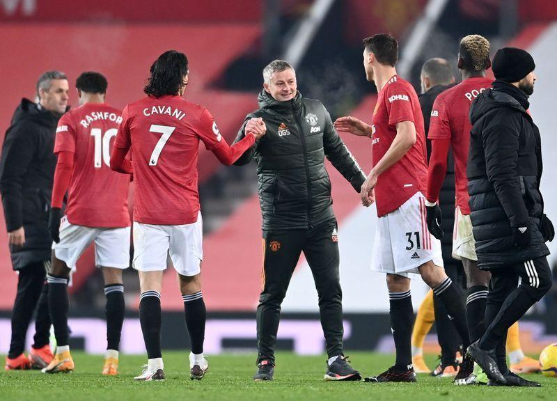 Solskjaer แบ่งปันความสุขของเขากับผู้เล่น Man Utd หลังจากชนะ Wolves ที่ Old Trafford เมื่อวันที่ 29 ธันวาคม  ภาพ: Reuters