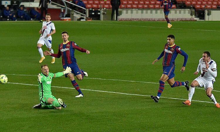 Kike chọc thủng lưới Ter Stegen, giúp Eibar bất ngờ dẫn trước. Ảnh: AS.