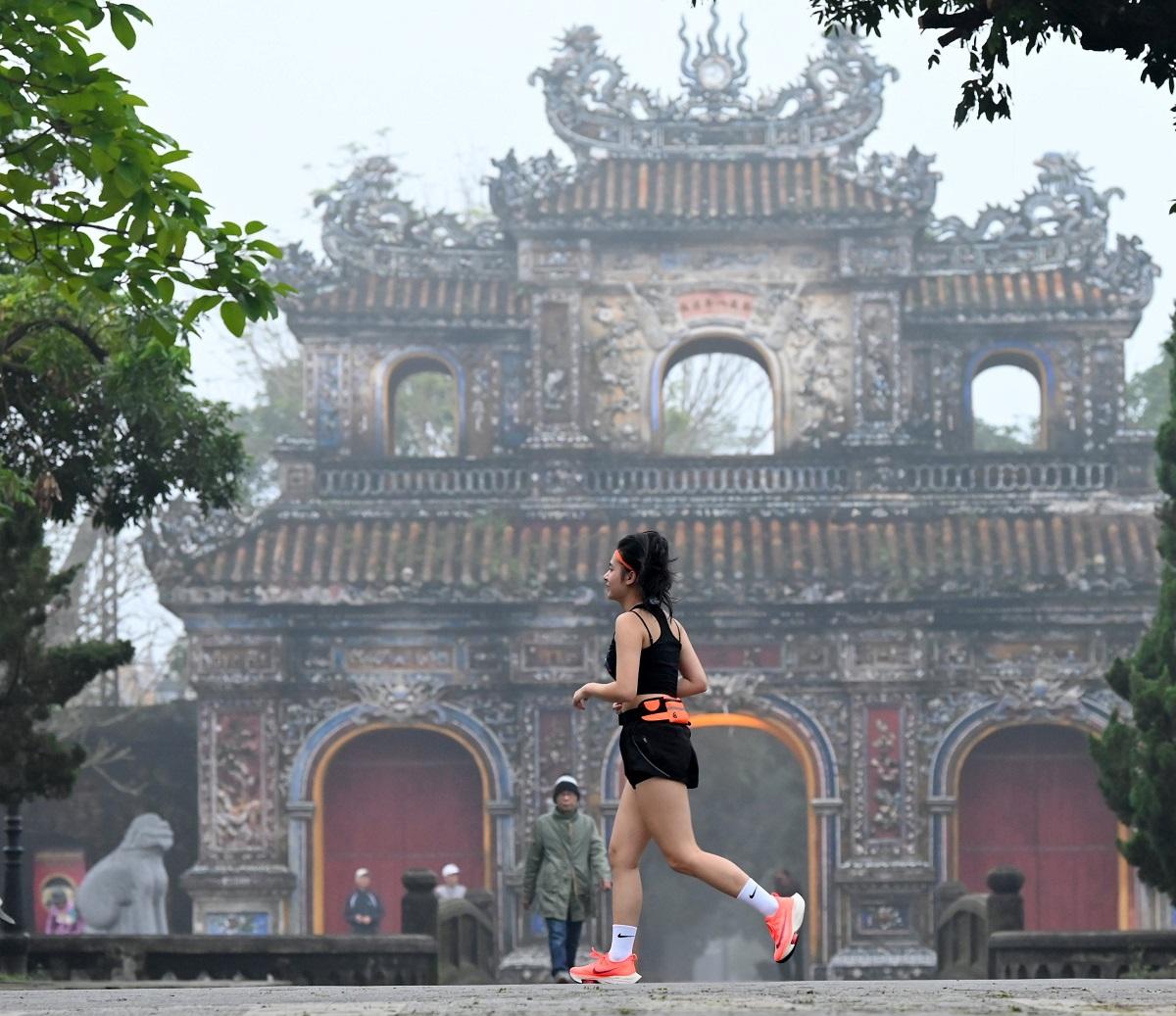 Một vận động viên trên đường chạy VnExpress Marathon Huế 2020.