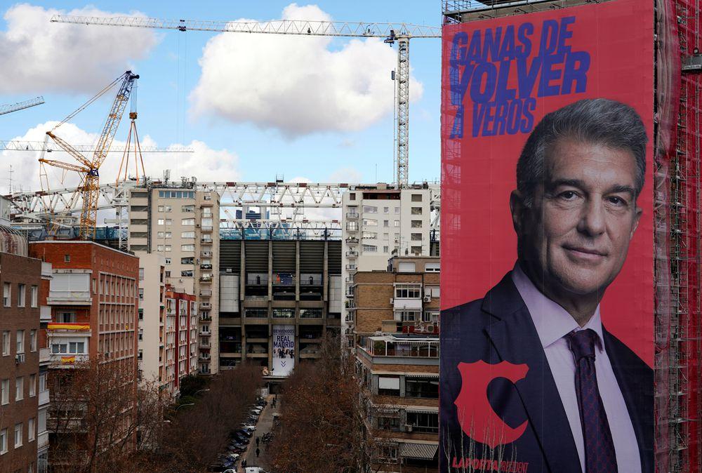 Thuê treo poster in ảnh cá nhân và khẩu hiệu Mong sớm gặp lại là một trong những chiêu bài để Laporta kêu gọi sự ủng hộ trong cuộc đua tranh ghế Chủ tịch Barca. Ảnh: Reuters