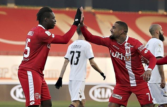 Prince-Boateng (phải) mừng bàn thắng với Balotelli. Ảnh: PA.