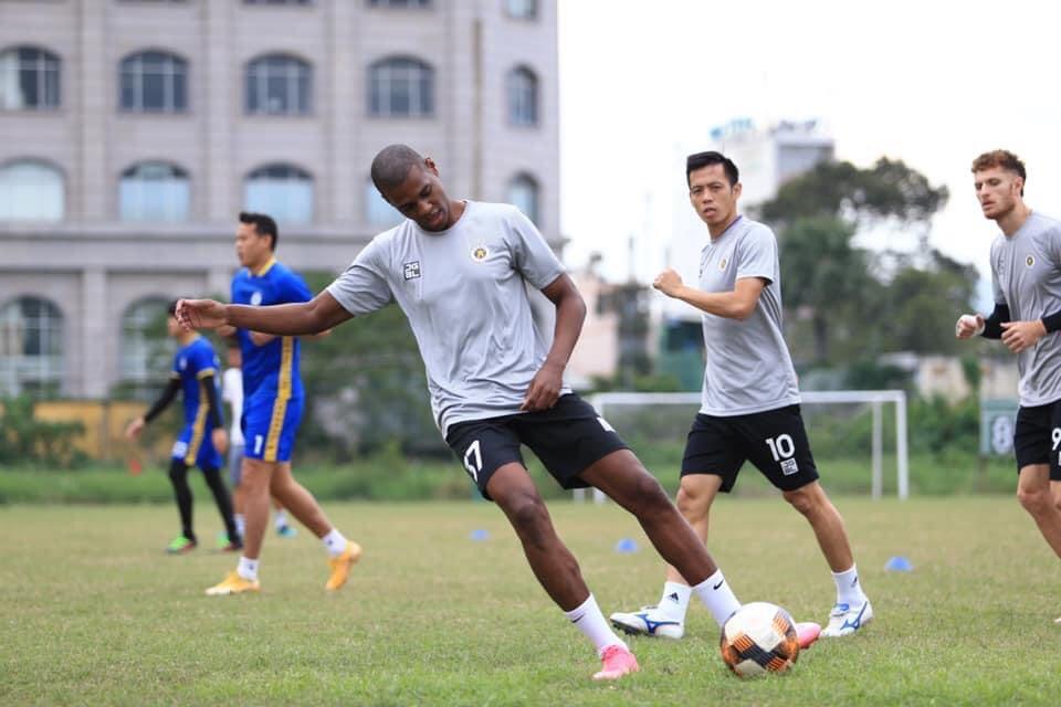 บรูโนฝึกกับเพื่อนร่วมทีมใหม่ของเขา  ภาพ: ฮานอยเอฟซี