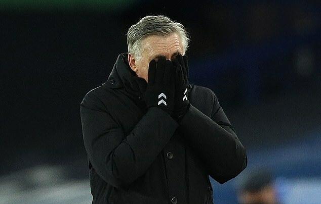 Ancelotti tỏ vẻ thất vọng khi học trò bỏ lỡ cơ hội ghi bàn. Ảnh: AFP.