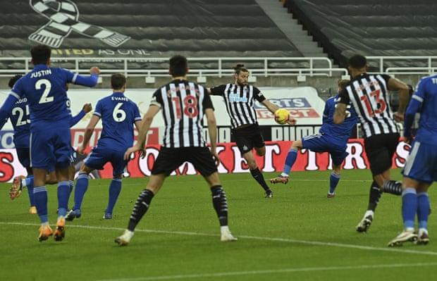 Carroll mencetak gol hanya tiga menit setelah masuk sebagai pemain pengganti.  Foto: AP.