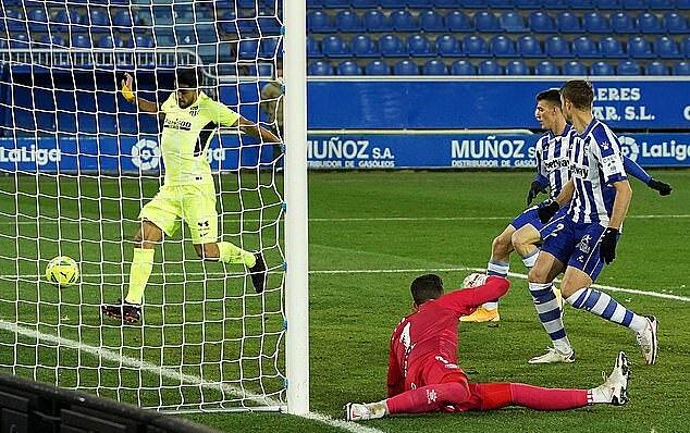 Suarez memasukkan bola ke gawang Alaves pada menit terakhir 3 Januari.  Foto: AFP.