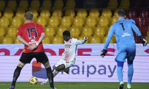 Leao melepaskan tembakan dari sudut sempit, membuat Milan menang 2-0.  Foto: AP.
