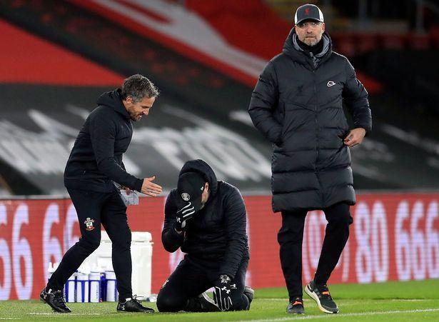 โค้ช Hasenhuttl ย่อตัวลงคุกเข่าบนพื้นและไม่เงยหน้าขึ้นมองแม้ว่า Klopp จะเข้าสู่เขตเทคนิคของ Southampton ในตอนท้ายของการแข่งขัน  ภาพ: AFP.