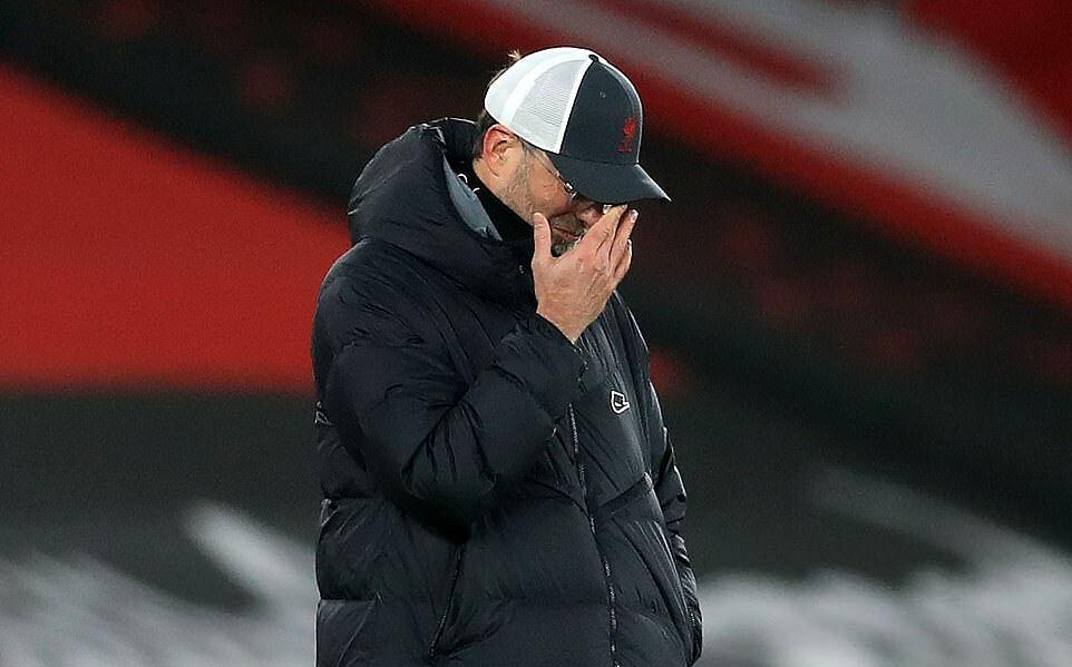 Khác với vẻ nhiệt huyết thường thấy, Klopp nhiều lần đứng im ngoài đường biên. Ông dường như không có nhiều giải pháp giúp Liverpool xuyên thủng hàng thủ Southampton. Ảnh: AFP.