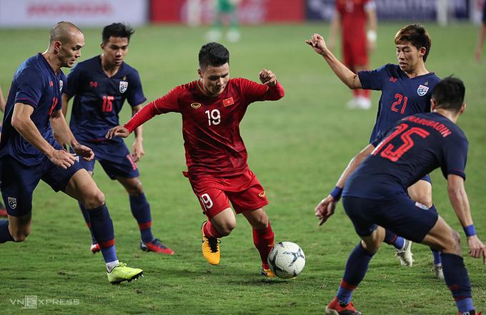 Quang Hai mengambil bola dalam pengepungan para pemain Thailand, di leg kedua untuk bermain imbang 0-0 di babak kualifikasi Piala Dunia 2022 - wilayah Asia di Stadion My Dinh pada malam 19 November 2019.  Foto: Duc Dong.