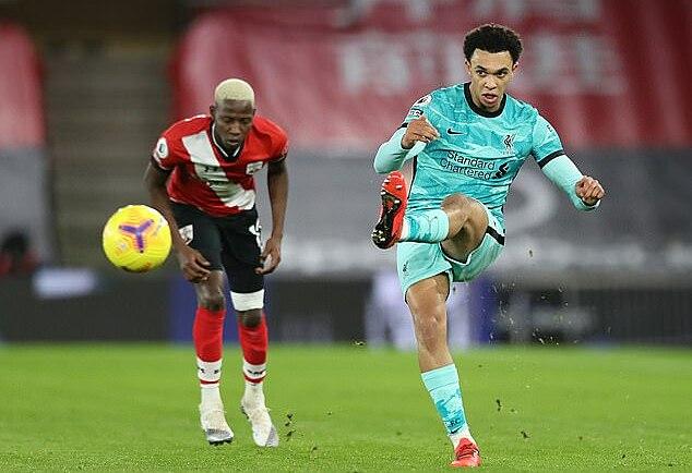 Alexander-Arnold (phải) chơi trận đáng quên trên sân của Southampton. Ảnh: Reuters