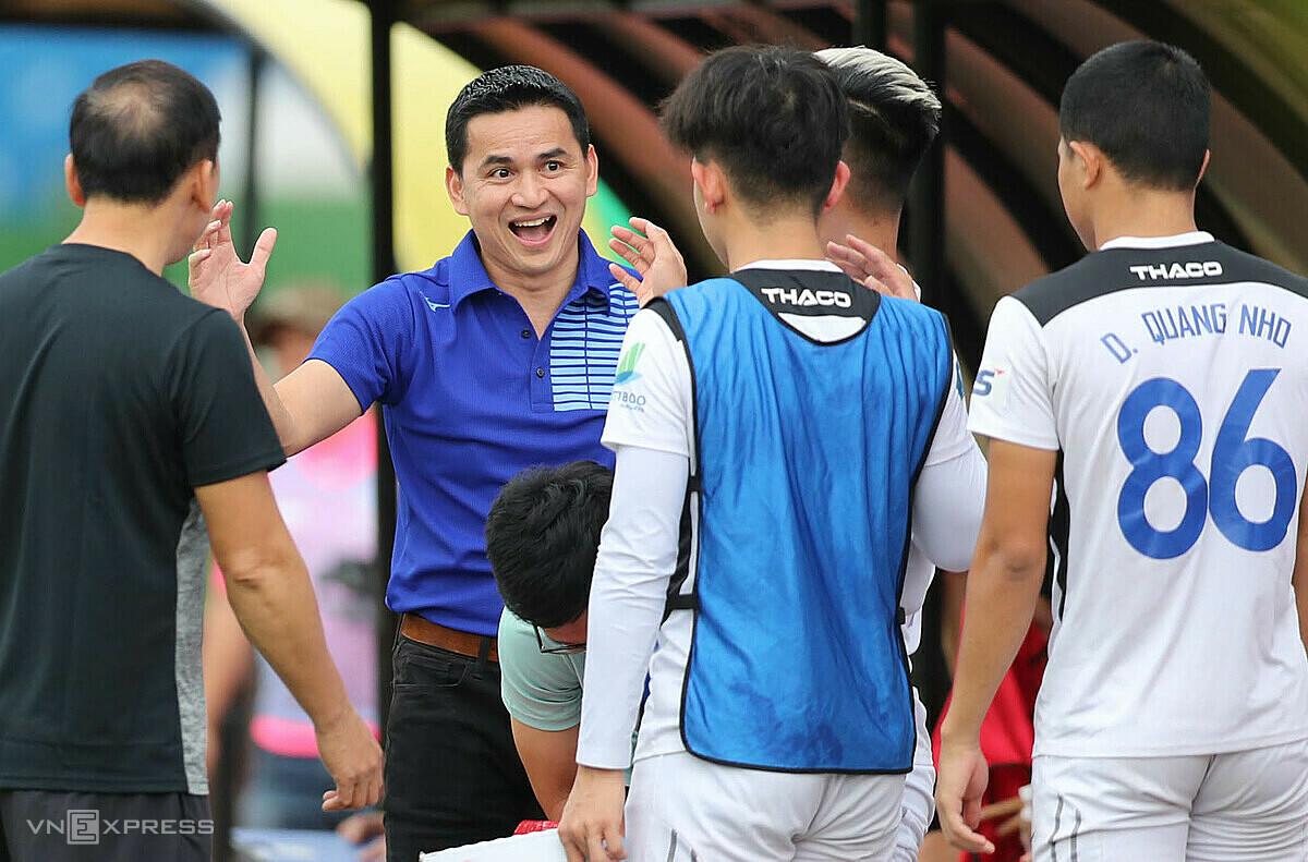 Pelatih Kiatisuk Senamaung meraih satu kemenangan dan satu hasil imbang dalam pertandingan persahabatan setelah kembali memimpin HAGL.  Foto: Duc Dong.