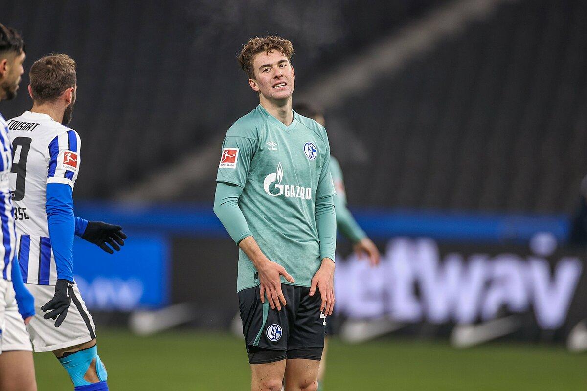 Striker Matthew Hoppe merasa bosan saat meninggalkan lapangan menjelang akhir pertandingan Schalke kalah dari Hertha Berlin 0-3 pada 2 Januari.  Foto: FCSchalke