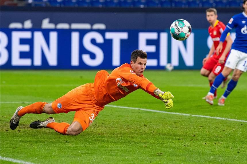 Kelemahan di pentas organisasi menyebabkan Schalke menggunakan penjaga gawang yang tidak bisa menangkap pertandingannya sendiri selama 13 tahun seperti Langer dalam kekalahan 0-3 dari Leverkusen pada 7 Desember 2020.  Foto: DPA