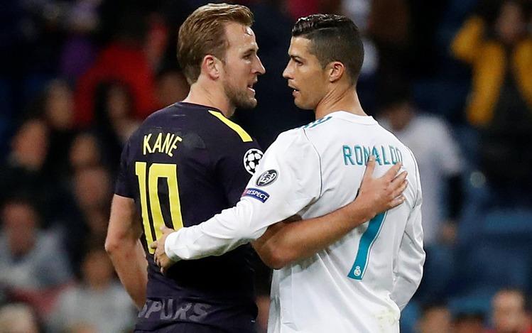 Kane (ซ้าย) สื่อสารกับ Ronaldo หลังการแข่งขัน Champions League 2017 ระหว่าง Tottenham และ Real ที่ Bernabeu  ภาพ: Reuters
