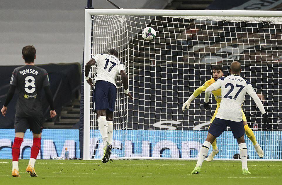 Sissoko đánh đầu mở tỷ số cho Tottenham ở phút 12. Đây là bàn đầu tiên của anh mùa này. Ảnh: DM.