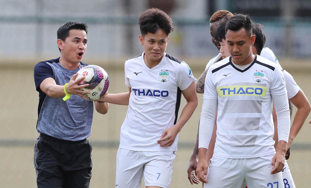 Kiatisuk baru saja menjalani dua pertandingan yang membuat HAGL memainkan pertandingan persahabatan, menarik Nam Dinh dan memenangkan Khanh Hoa.  Foto: Duc Dong