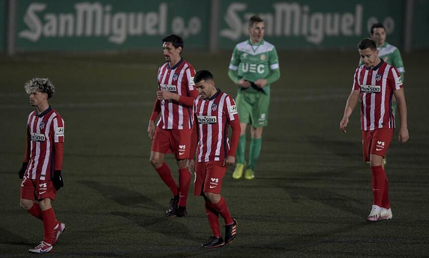 ผู้เล่นแอตเลติโกมาดริดออกจากสนามหลังจากเป่านกหวีดให้กับเจ้าของบ้านคอร์เนลล่า 0-1 เมื่อวันที่ 6 มกราคม  ภาพ: Mundo Deportivo