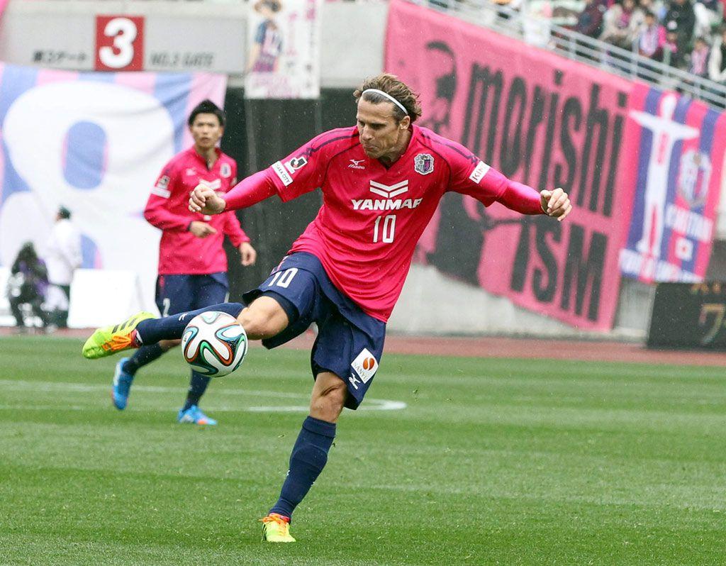 Diego Forlan từng khoác áo Osaka 18 tháng, từ tháng 1/2014 đến tháng 6/2015, cùng đội bóng này rớt từ J-League 1 xuống J-League 2. Ảnh: