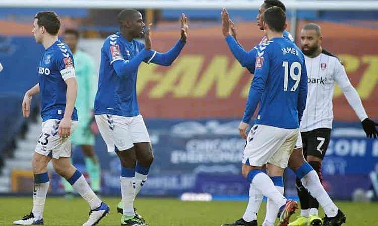 Doucoure mencetak gol di perpanjangan waktu, membantu Everton melanjutkan.  Foto: Reuters.