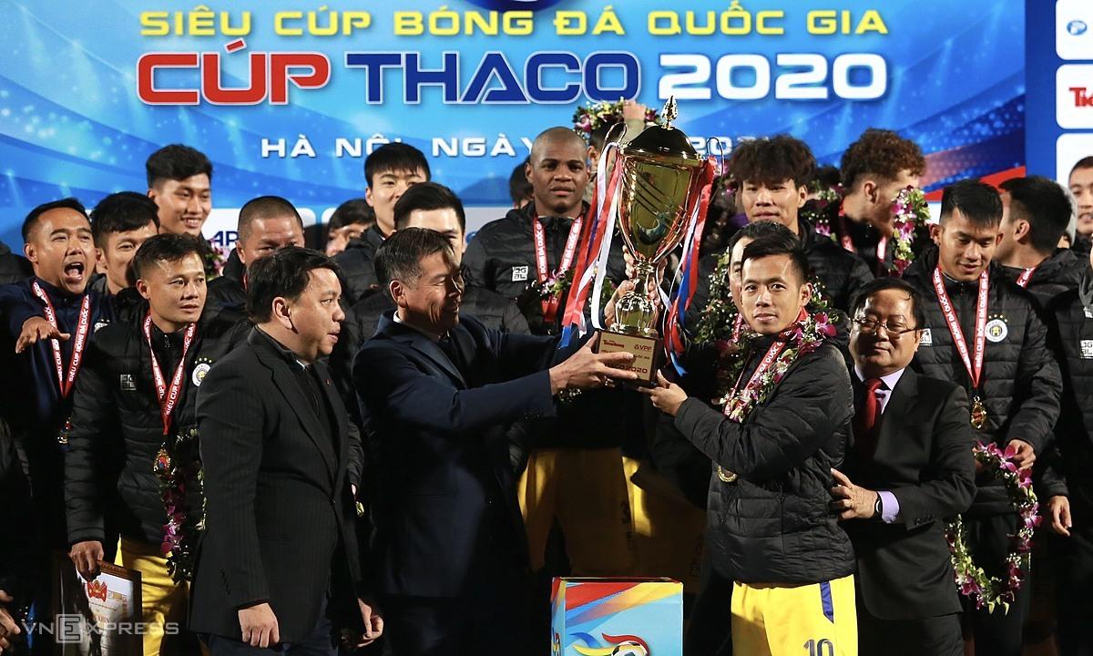 รองอธิบดีกรมกีฬา Tran Duc Phan มอบถ้วย Super Cup ให้กับกัปตัน Van Quyet  ภาพ: ลำท่อ