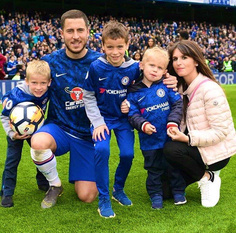 Hazard และ Natacha Van Honacker ภรรยาของเขาและลูก ๆ (จากซ้าย) Leo, Yannis และ Samy ฉลองแชมป์พรีเมียร์ลีกกับเชลซีในปี 2017 ภายในเดือนตุลาคม 2019 เขาต้อนรับลูกชายคนที่สี่ของเขา  ภาพ: ดวงอาทิตย์
