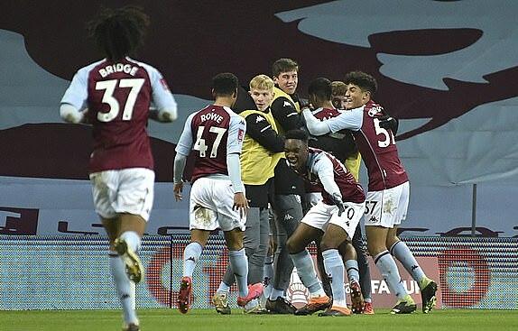 Niềm vui của Aston Villa sau khi gỡ hòa. Ảnh: AP