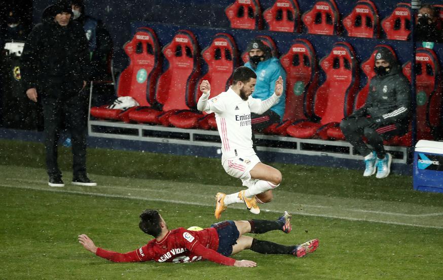 Zidane nhiều lần nhấp nhổm vì lo cho các học trò sau những va chạm trên mặt sân cứng vì lạnh. Ảnh: EFE