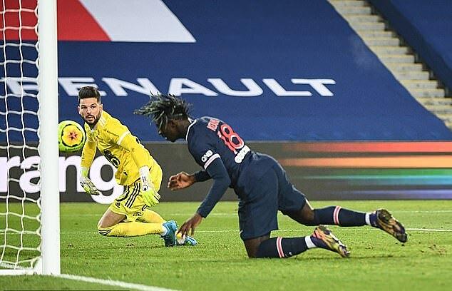Kean đánh đầu cận thành mở tỷ số cho PSG. Ảnh: Icon Sport.