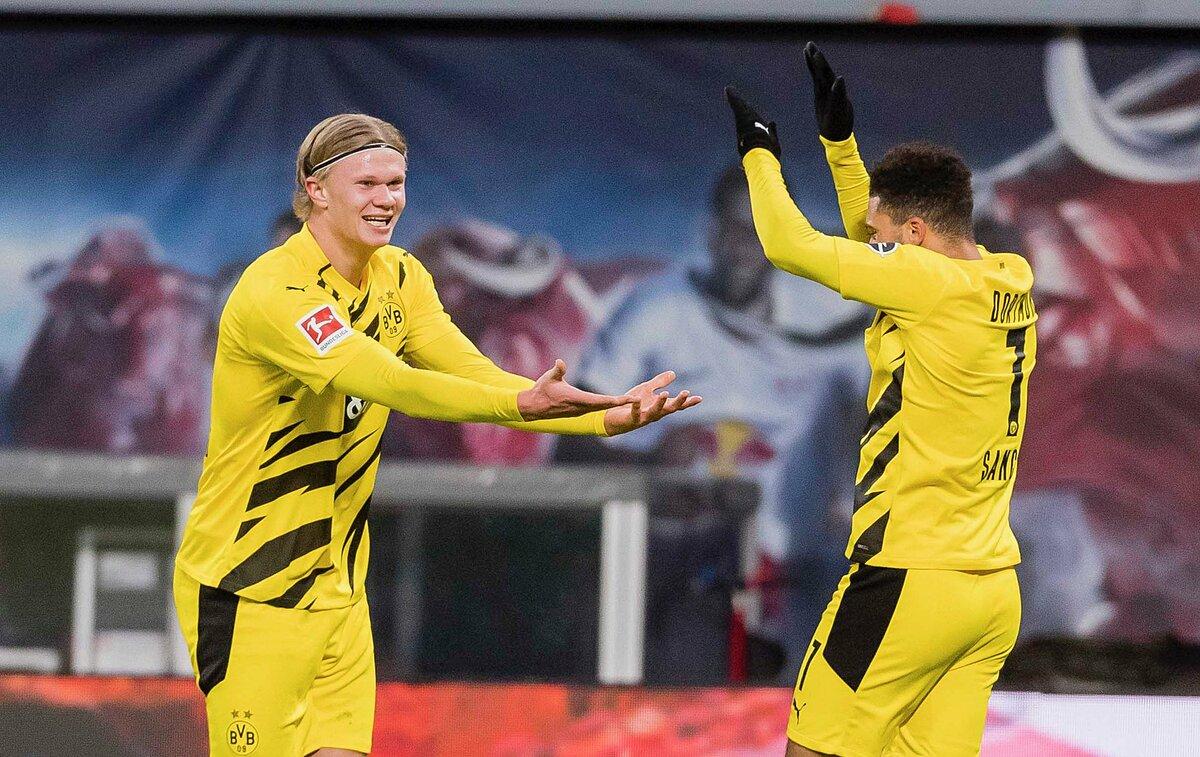 Sancho (kanan) berbagi kegembiraannya dengan Haaland setelah membantu rekan satu timnya menggandakan skor.  Foto: BVB.de