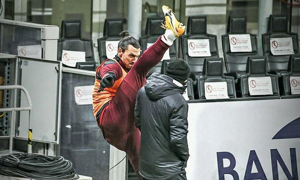 Ibrahimovic baru saja kembali setelah hampir dua bulan cedera, masih mampu mengayunkan kakinya di atas kepala pelatih.  Foto: Fox Soccer