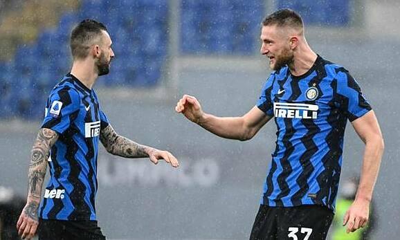 Skriniar (kanan) berbagi kegembiraannya dengan Brozovic setelah menyamakan kedudukan untuk Inter.  Foto: Gazzetta