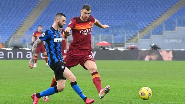 Dzeko (kanan) memasukkan bola dengan Brozovic - pemain yang menciptakan kedua gol untuk Inter di pertandingan ini.  Foto: Gazzetta