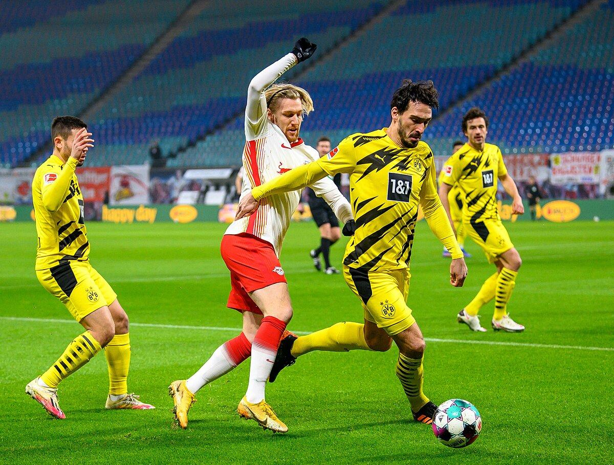 RB Leipzig (áo trắng) tấn công dồn dập trong hiệp đầu, nhưng không hiệu quả. Ảnh: Die Roten Bullen