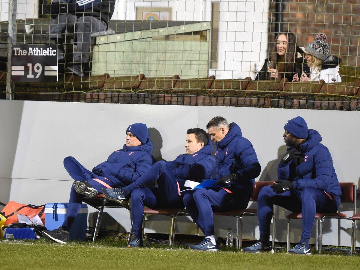 Penggemar Marine duduk tepat di belakang pelatih Jose Mourinho.  Foto: Langit.