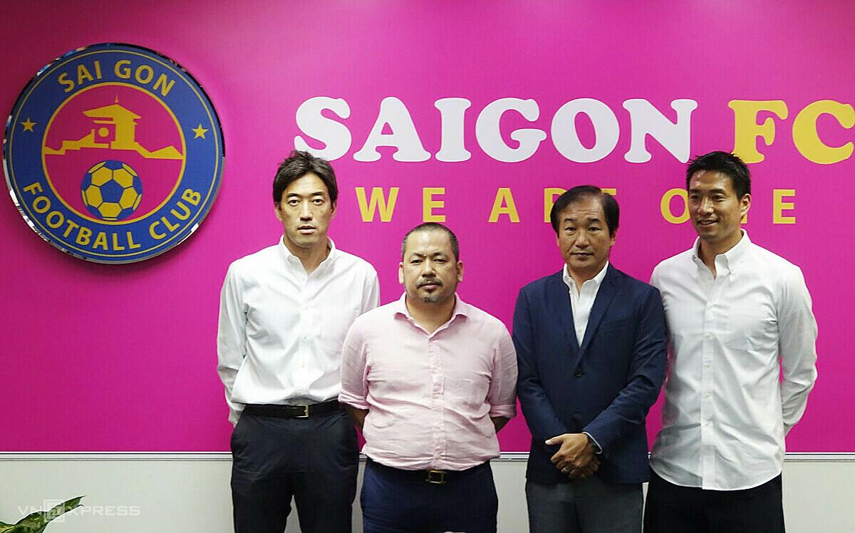 Bau Binh (kedua dari kiri) dengan pakar sepak bola Jepang.