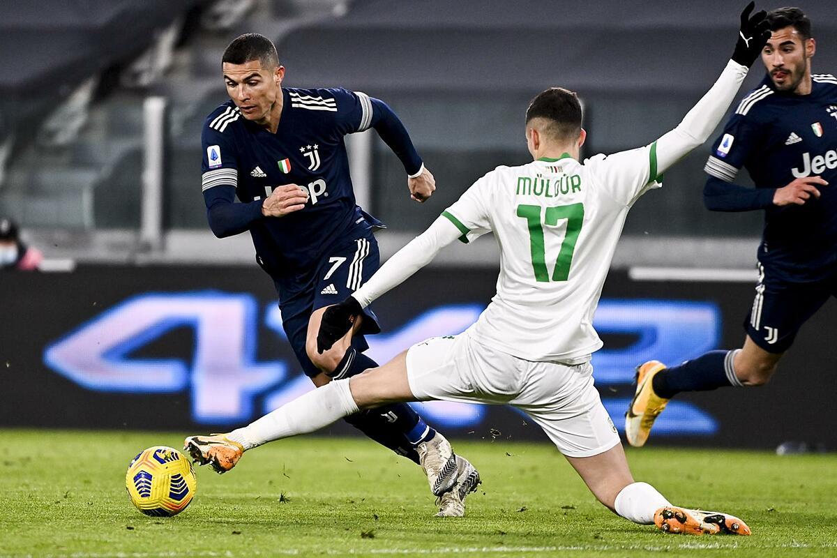 Ronaldo và đồng đội gặp nhiều khó khăn trước hàng thủ bướng bỉnh của Sassuolo. Ảnh: ANSA