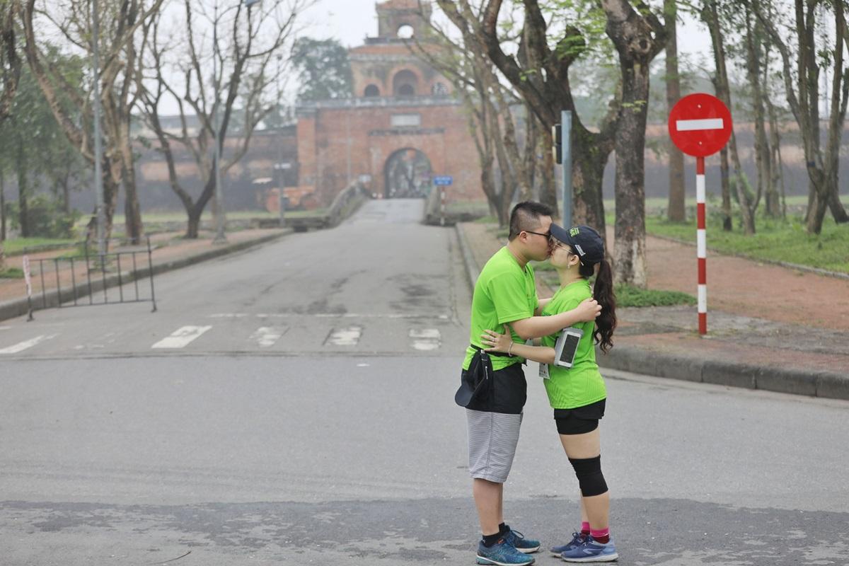 Runner Nguyễn Thị Hải Anh và bạn trai Lê Quang Trường tận hưởng cung đường chạy 21 km, ghi dấu kỷ niệm bằng những nụ hôn. Ảnh: Quỳnh Trần.