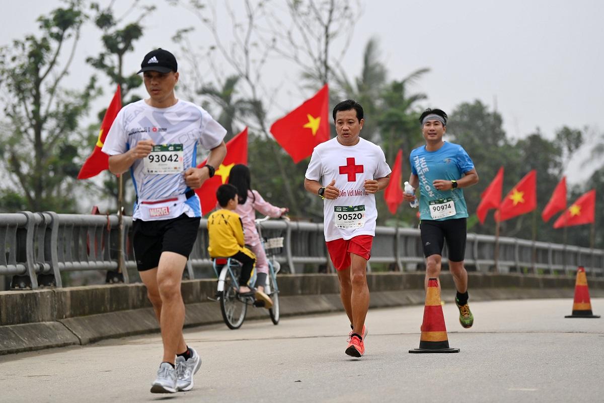 Ông Đoàn Ngọc Hải (chạy giữa). Ảnh: VnExpress Marathon.