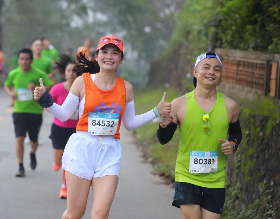 Hai vận động viên trên đường chạy VnExpress Marathon Huế 2020. Ảnh: VnExpress Marathon.