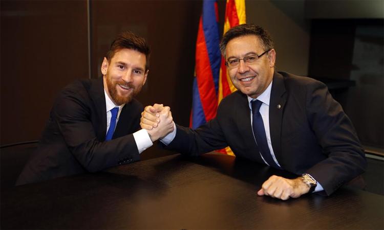 เมสซี่จับมือกับอดีตประธานบาร์ซ่า Josep Maria Bartomeu เมื่อขยายสัญญาออกไปในปี 2017 รูปภาพ: FC Barcelona